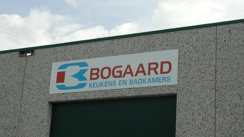 reclame-borden op muur almere