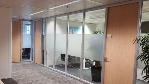 strook glassticker in kantoor